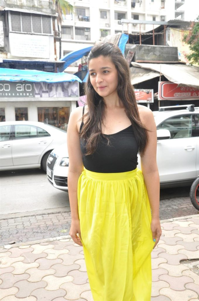 Alia Bhatt Photos at The Inauguration of Painting Exhibition SPLASSH CelebsNext 0002 680x1024 - Alia Bhatt Without Makeup Pictures