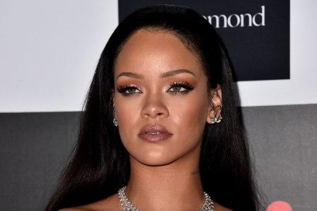 rihanna 2015 12 27 1 - Celebrities With Beautiful Tattooed Eyebrows