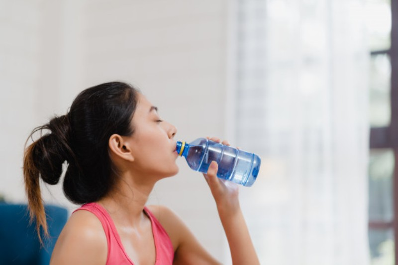 young asian woman drinking water because feel exhausted rest after exercise living room 7861 1608 - Weight loss via 4 drinks